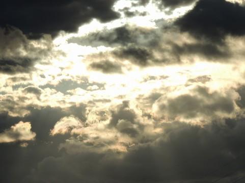 雲の切れ間イメージ