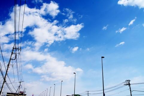 雲と電柱イメージ